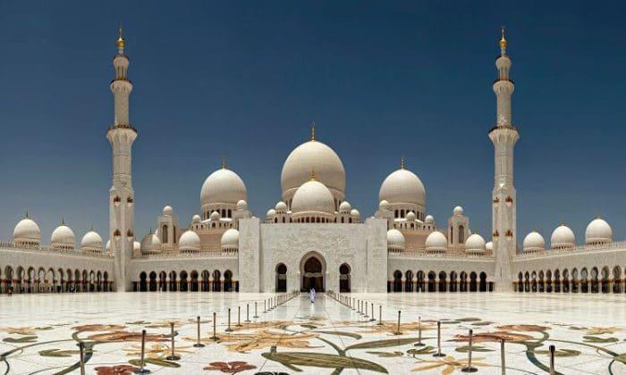 Impresionante vista del frente de la Mezquita Sheikh Zayed