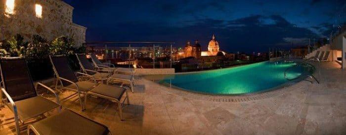 Un espacio único, la terraza y piscina del Hotel Movich con vista a la ciudad