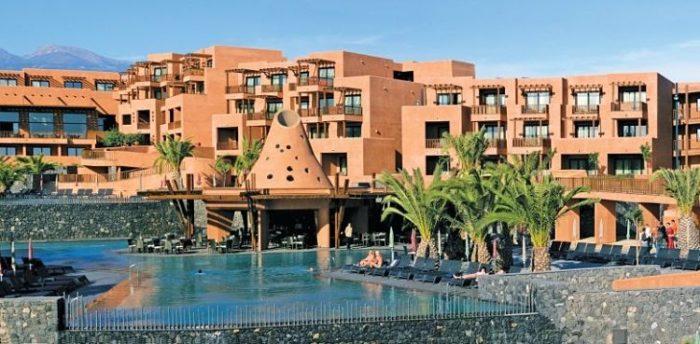 Hermosa vista de la piscina y estructura del Sandos San Blas