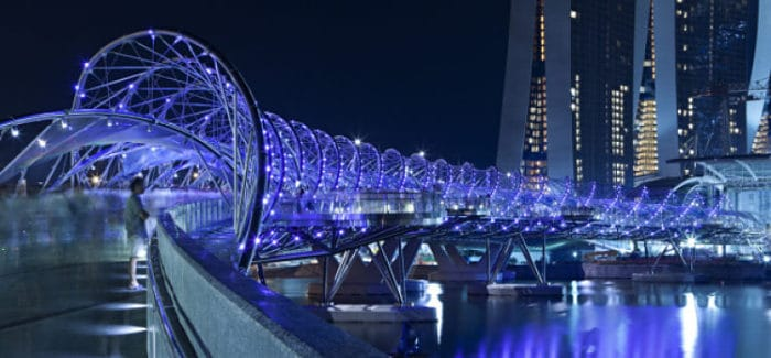 Hermoso juego de luces en esta foto nocturna del Puente helix en Singapur