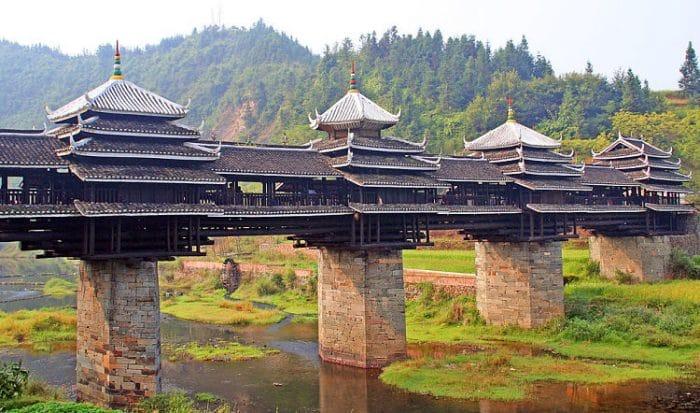 Se puede apreciar la hermosa estructura de las pagodas que conforman este puente