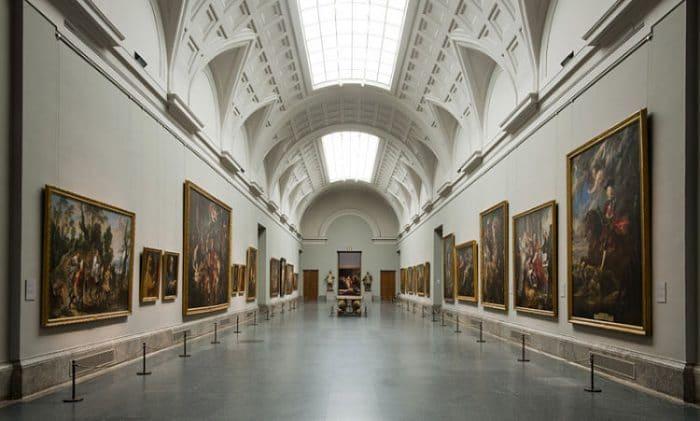 Interior de uno de los pasillos del Museo del Prado
