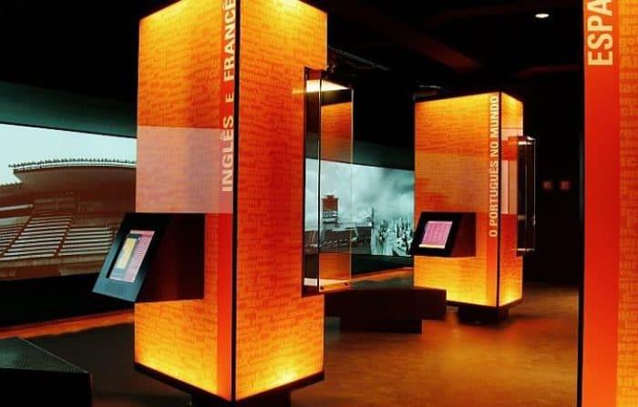 Interior de la exhibición del Museo de la Lengua Portuguesa