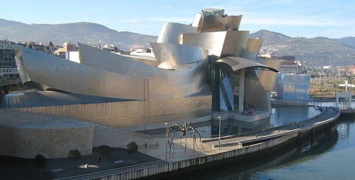 Se aprecia el asombroso edificio del Museo Guggenheim en Bilbao