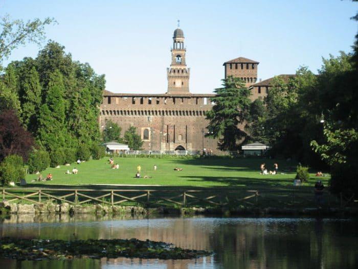 Vista desde el Parco Sempione en Milán