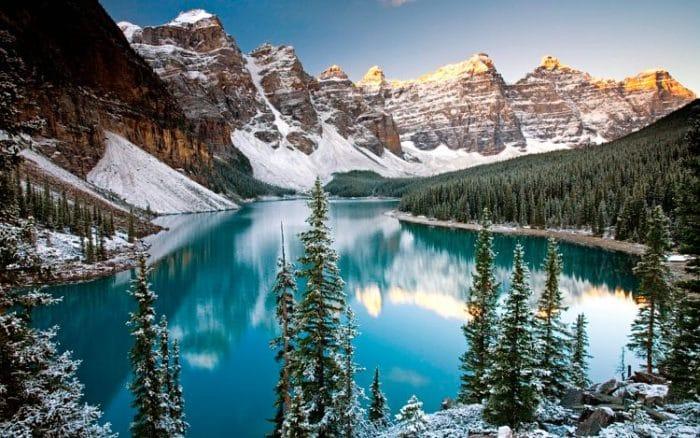 Hermoso lago en el Parque Nacional Banff en Alberta, Canadá