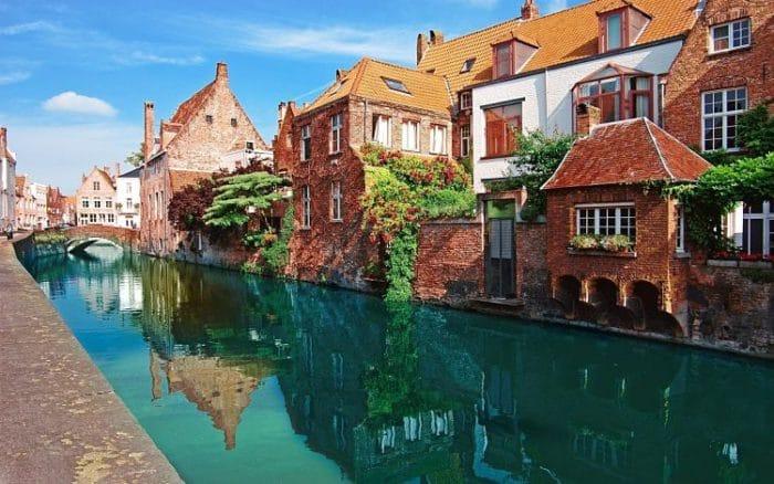 Hermosa fotografía de uno de los canales que recorren la ciudad de Brujas