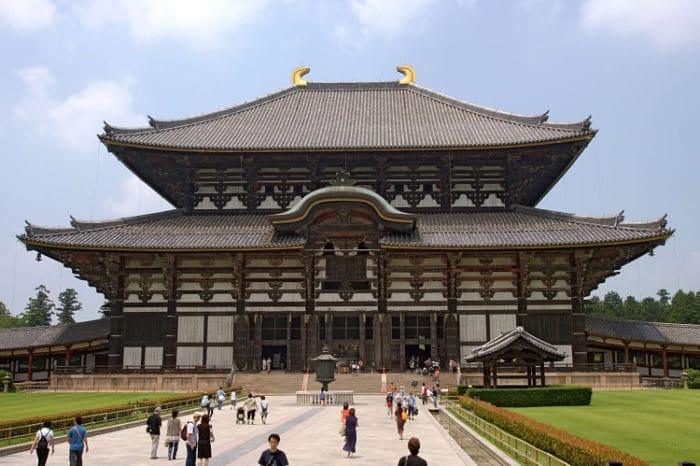 Vista frontal del Templo Todaiji la mayor atracción de Nara, Japón