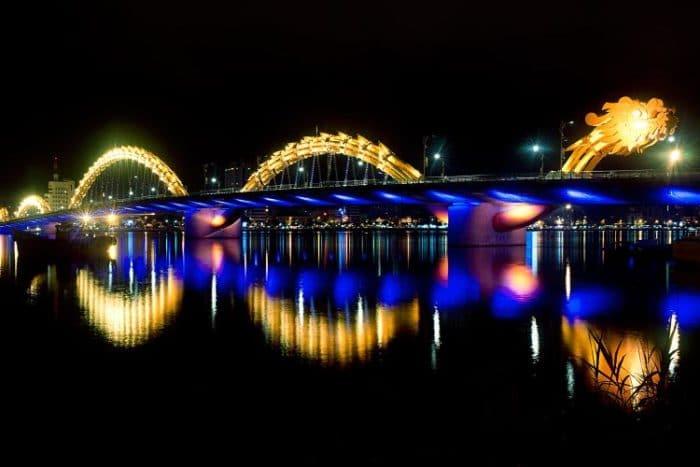 Hermoso diseño del Puente del Dragón y si magnífica iluminación