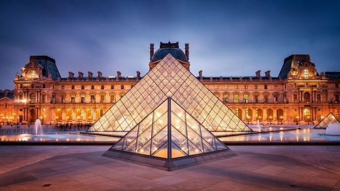 El edificio original del Palacio al fondo y la pirámide al frente del Museo de Louvre en Paría