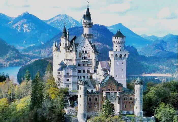 Castillo Neuschwanstein en los Alpes Bávaros