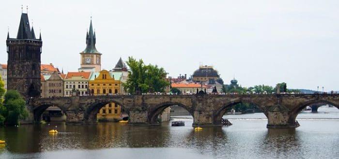 Se pueden apreciar algunos de los arcos y torre del Puente Carlos en Praga