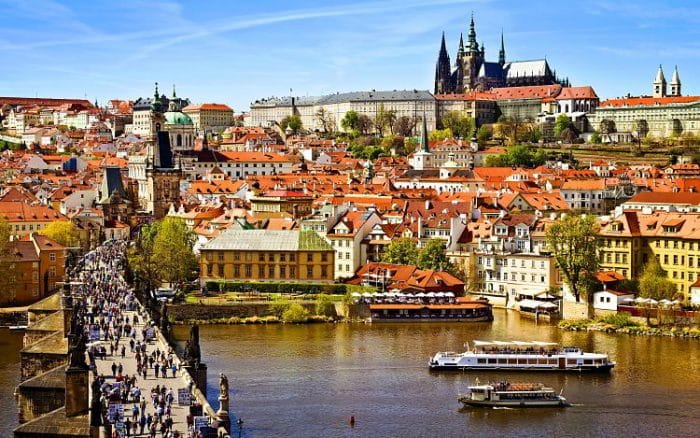Fantástica vista en la que destaca el Puente Carlos y las torres de la Catedral de Týn