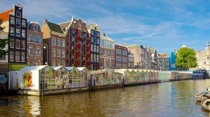 Canal con locales de venta en el Mercado de las Flores de Ámsterdam