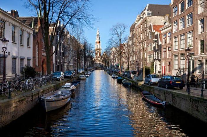 Uno de los hermosos canales de Ámsterdam