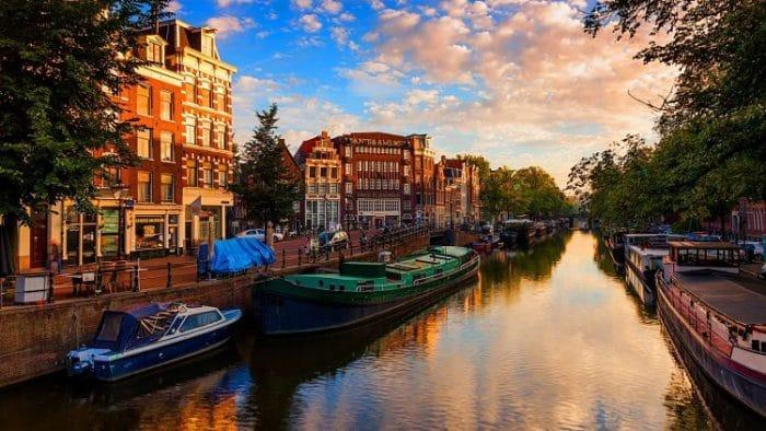 Hermosa vista de uno de los canales de la ciudad de Ámsterdam