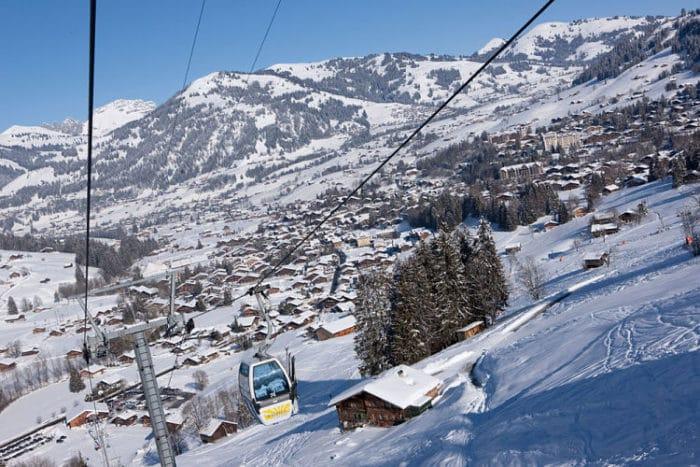 Hermosa panorámica de Gstaad desde uno de los teleféricos en las montañas