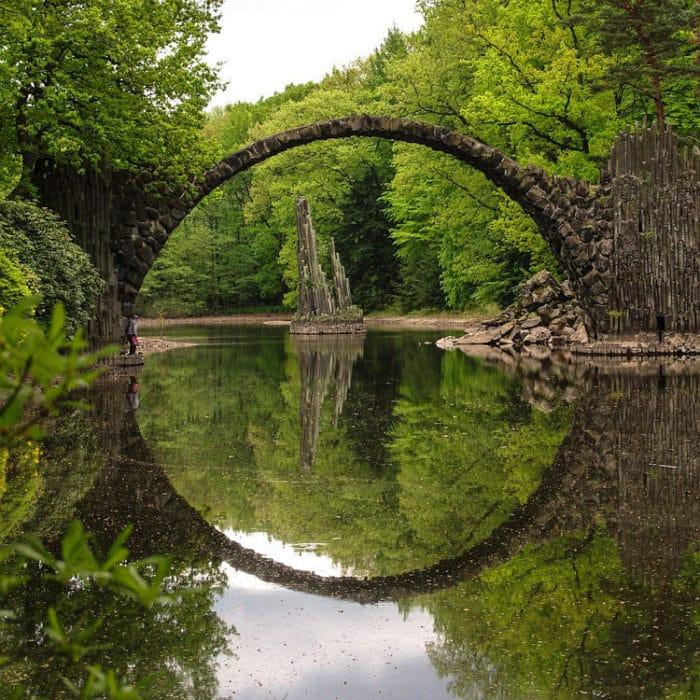 La perfección de su diseño y construcción reflejada en el perfecto círculo que forma con el agua
