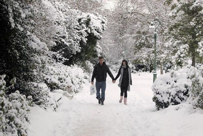 Una pareja camina en la Plaza Merrion de Dublín