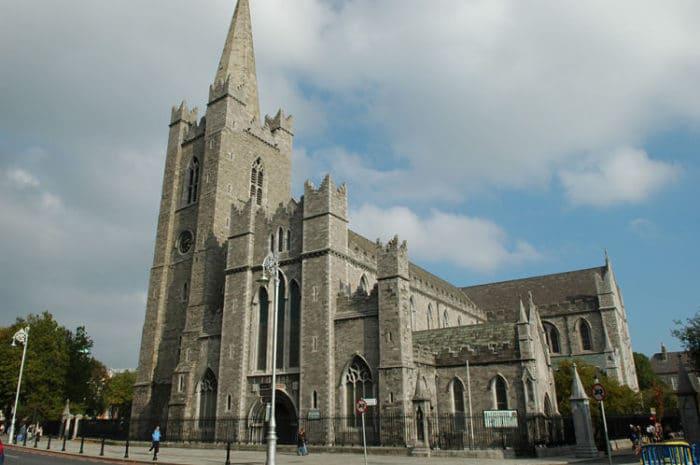 Imponente estructura de la Catedral de San Patricio en Dublín
