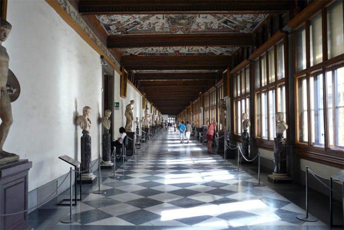 Uno de los pasillos de la Galería Ufizzi en Florencia, Italia