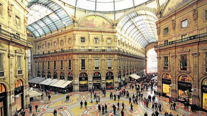 Se puede apreciar tanto los arcos de vidrio como los mosaicos del piso de la Galería Victor Manuel II