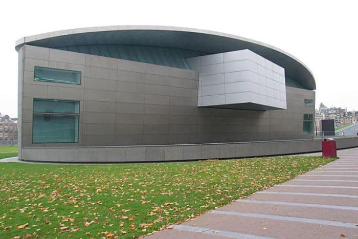 Frente del interesante edificio que alberga el Museo de Van Gogh