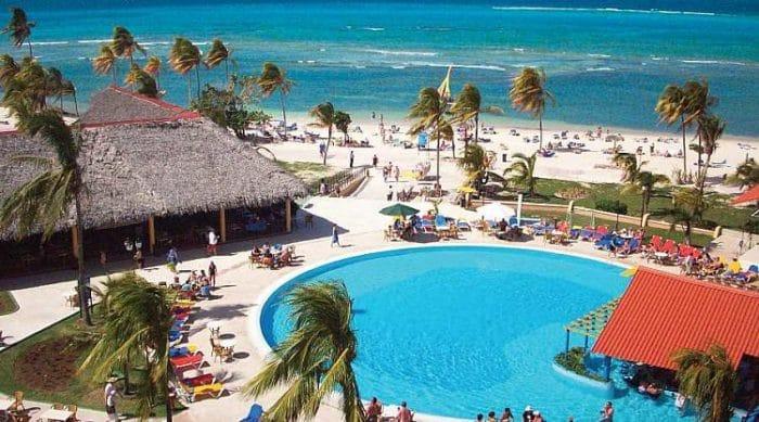 Vista de una de las piscinas del hotel y parte de la costa de Guardalavaca