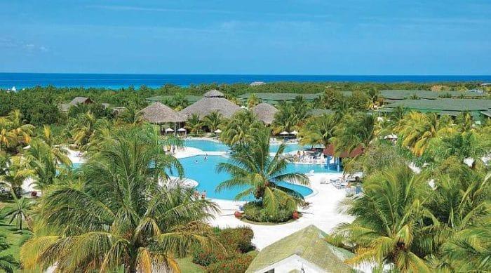 Parte de las instalaciones del Hotel Playa Costa Verde y vista de las costas de Playa Pesquero