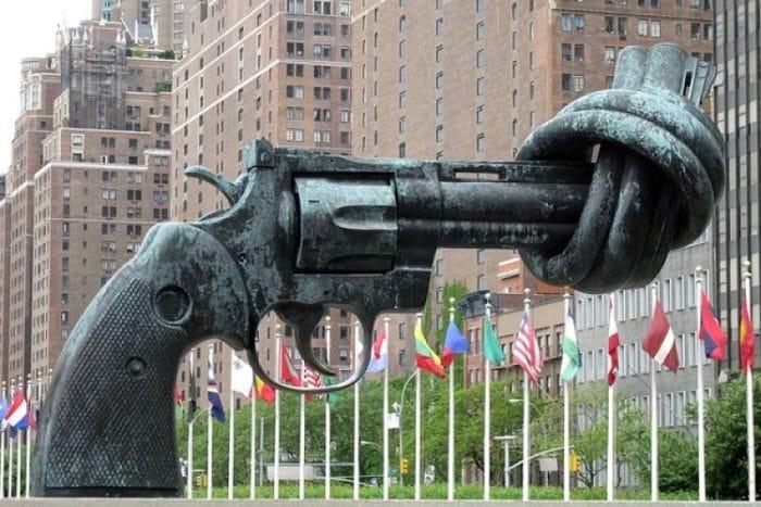 La escultura Knotted gun frente al edificio de las Naciones Unidas