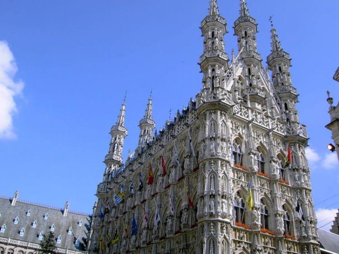 Vista de la maravillosa estructura externa del Ayuntamiento de Leuven