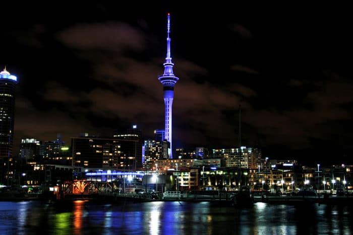 Vista de la Sky Tower junto al resto de la ciudad de Auckland en Nueva Zelanda