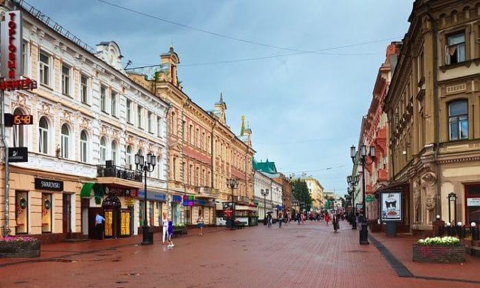 Bulevar peatonal el la ciudad de Nizhny Novgorod