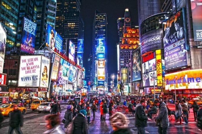 Times Square de noche con sus impresionantes luces