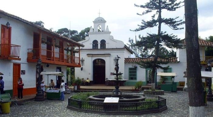 Capilla y fuente del Pueblito Paisa en el Cerro Nutibara
