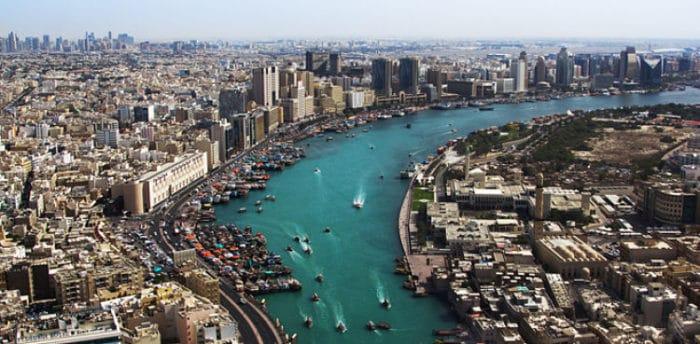 Vista aérea de la ciudad y su río
