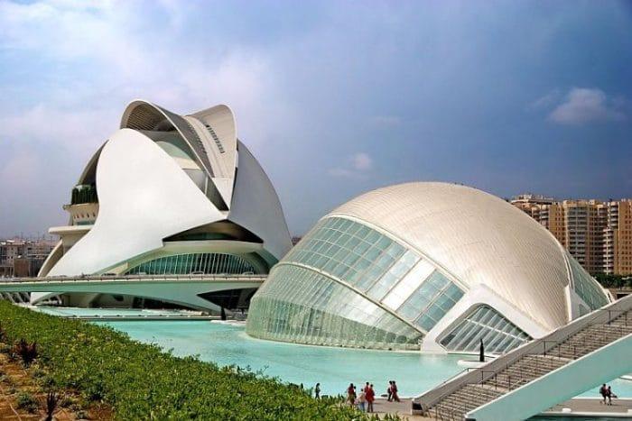 Parte de los modernos edificios de la Ciudad de las Artes y las Ciencias