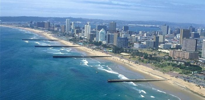 Vista de la costa y el paseo de Durban conocido como la Milla Dorada