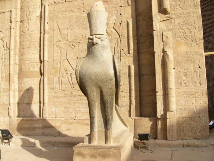 Una de las múltiples estatuas que representan al Dios Horus