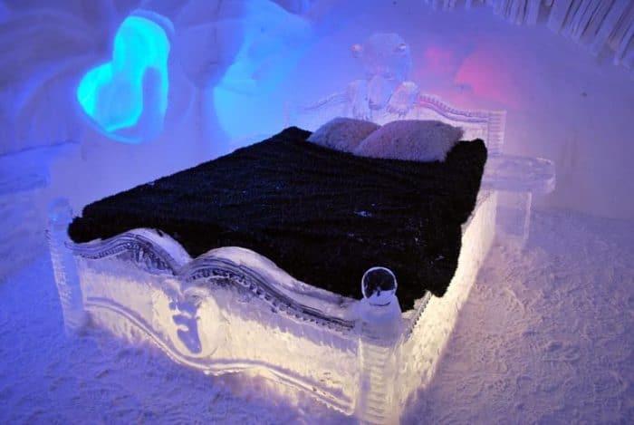 Hermosa cama esculpida en hielo en el Hotel de Glace