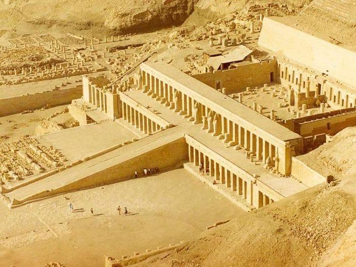 Vista panorámica del conjunto del Templo Mortuorio de Hatshepsut y su construcción en terrazas
