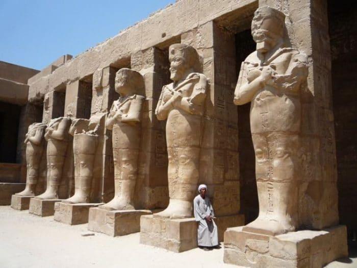 Parte de las gigantes estatuas del templo de Karnak