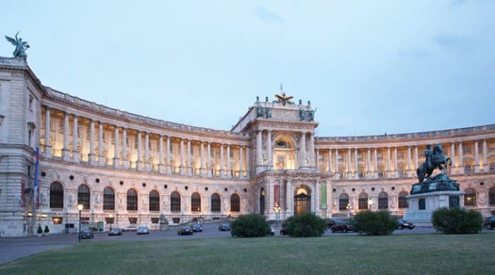 Entrada al magnífico Palacio Imperial de Hofburg