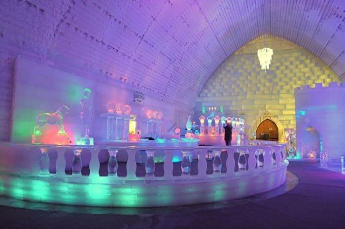 Parte de las obras de hielo expuestas en el Aurora Ice Museum