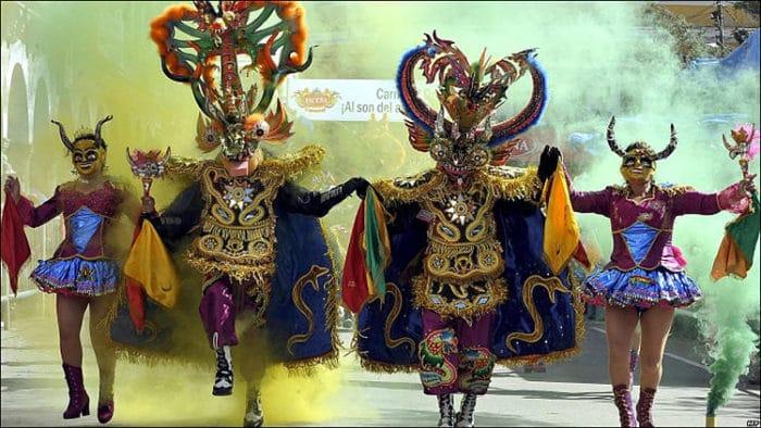 Bailarines disfrazados durante el Carnaval de Oruro