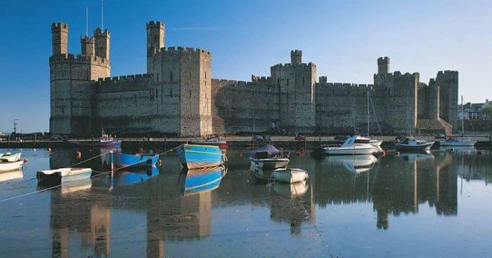 Hermosa vista del exterior del Castillo Caernarfon