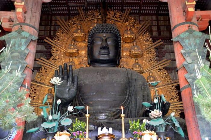 Enorme estatua de bronce de Buda en el Templo Todaiji