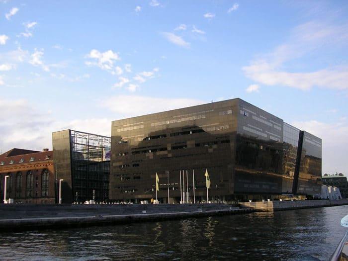 Se puede apreciar la arquitectura de lo que se conoce como El Diamante negro, la Biblioteca Real de Dinamarca