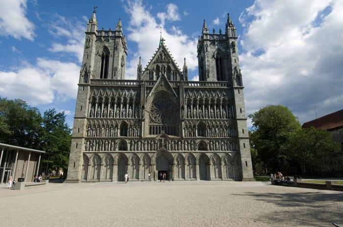 Imponente entrada de la catedral Nidaros