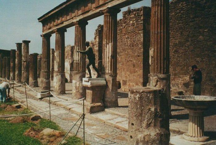 Entrada al Templo de Apolo en Pompeya